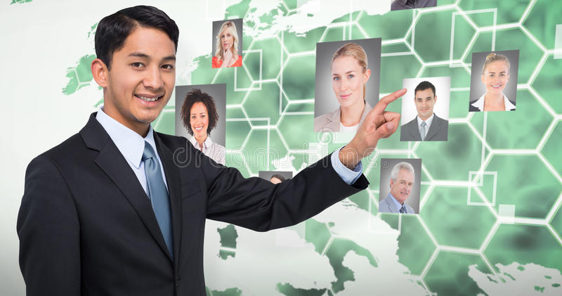 Image composée du pointage asiatique de sourire d'homme d'affaires photographie stock libre de droits
