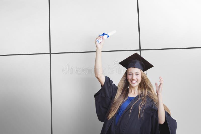 Image composée du portrait de l'étudiante tenant le degré image libre de droits