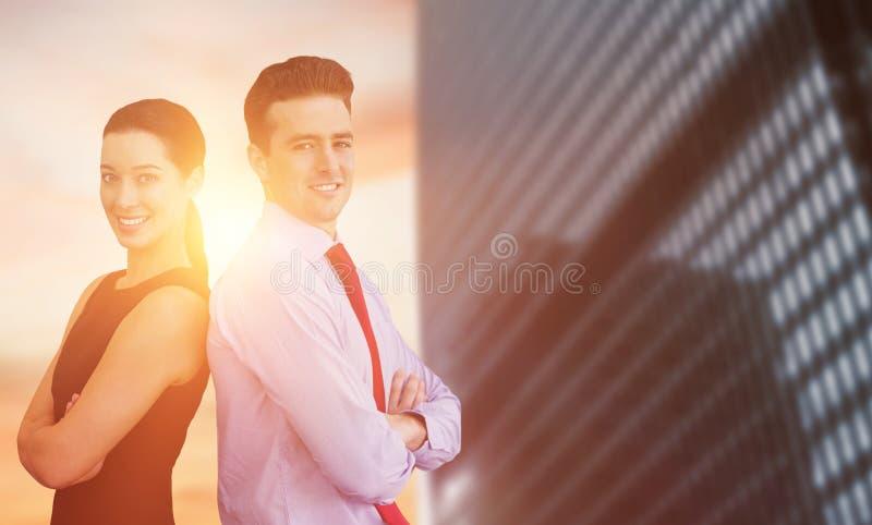 Image composée du portrait de l'homme d'affaires et de la femme d'affaires posant de retour contre le dos photos libres de droits