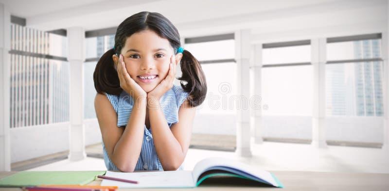 Image composée du portrait de la fille faisant le travail au bureau images stock