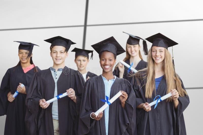 Image composée du portrait des étudiants tenant le degré photographie stock