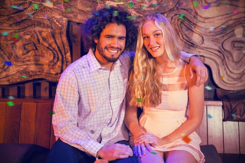 Image composée du portrait des couples se reposant ensemble dans la barre photo libre de droits