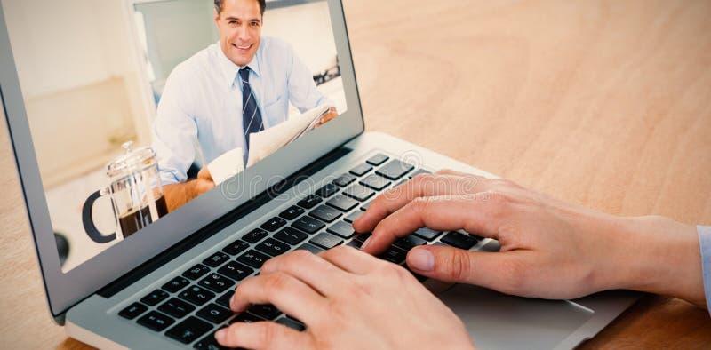 Image composée du sourire homme bien habillé avec la tasse et le journal de café dans la cuisine images stock