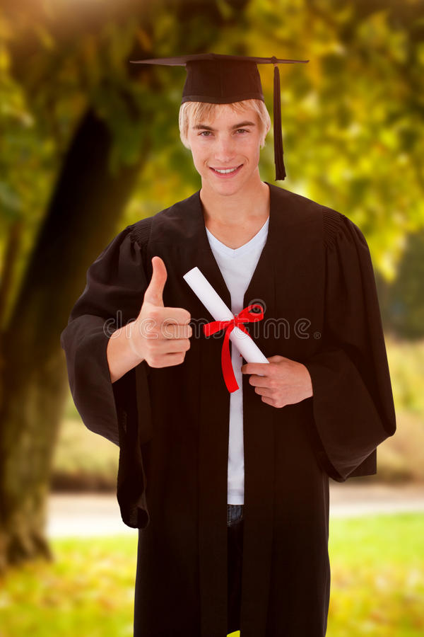 Image composée du type de l'adolescence heureux célébrant l'obtention du diplôme image libre de droits