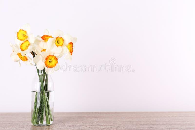 Image conceptuelle d'humeur de ressort Fleurs saisonni?res sur le fond lumineux photographie stock