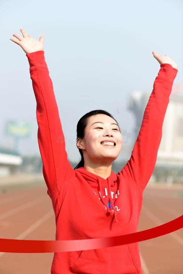 Image conceptuelle d'une femme asiatique gagnant une course photographie stock libre de droits