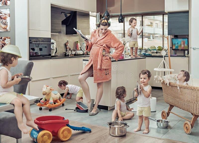 Image conceptuelle de maman épuisée avec son enfant de mauvaise conduite photos stock