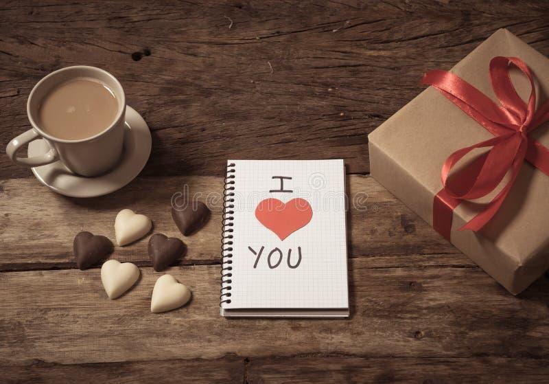 Image conceptuelle de valentines de carnet avec l'espace pour le texte, les chocolats en forme de coeur et le café photos stock
