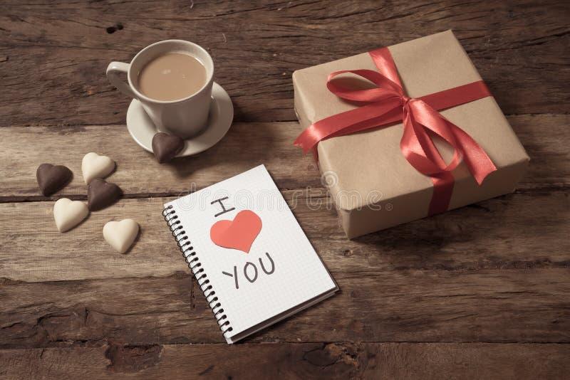 Image conceptuelle de valentines de carnet avec l'espace pour le texte, les chocolats en forme de coeur et le café images stock