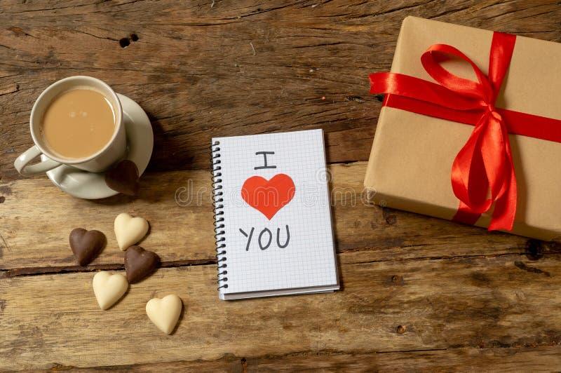 Image conceptuelle de valentines de carnet avec l'espace pour le texte, les chocolats en forme de coeur et le café images libres de droits