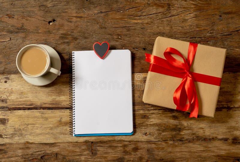 Image conceptuelle de valentines de carnet avec l'espace pour le texte, les chocolats en forme de coeur et le café photos libres de droits
