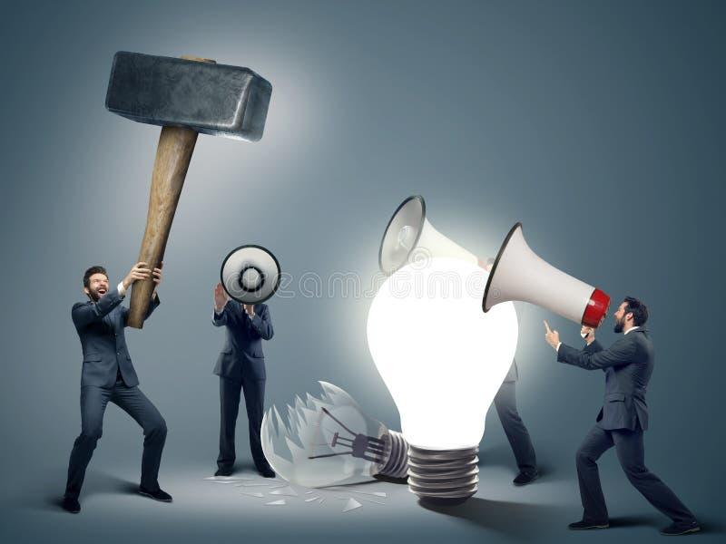 Image conceptuelle des hommes d'affaires futés avec des symboles image stock