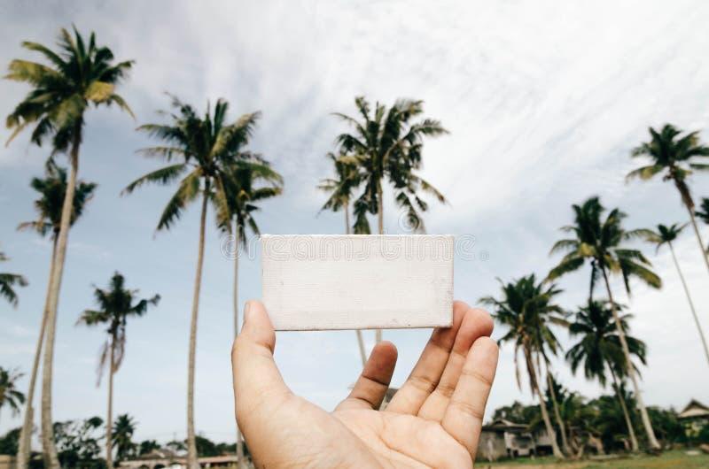 Image conceptuelle, main cultivée tenant la toile blanche de cadre photographie stock