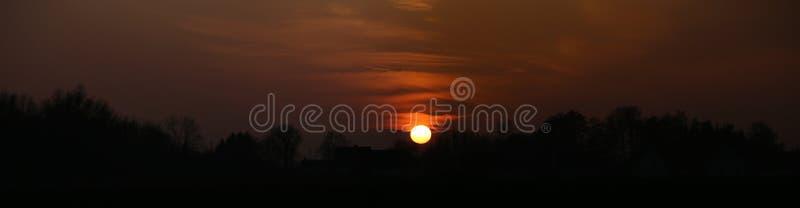 Image contrastée panoramique de coucher du soleil près de Greifswald, Allemagne image libre de droits