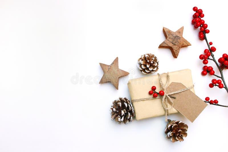 Image courante dénommée de fête de Noël Composition florale en cadre avec le boîte-cadeau, étiquette de papier de métier, cônes d photographie stock