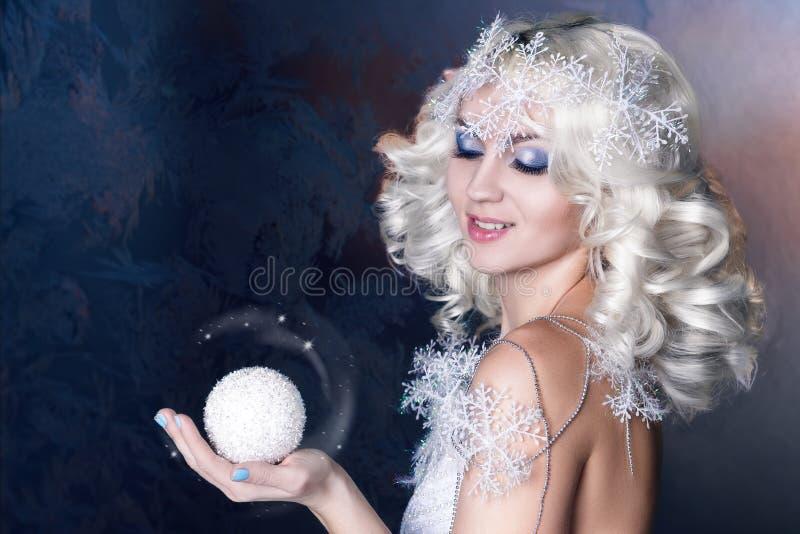 Image créative modèle avec le maquillage gelé photographie stock