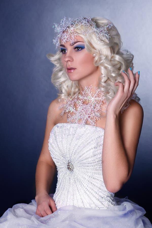 Image créative modèle avec le maquillage gelé photos stock