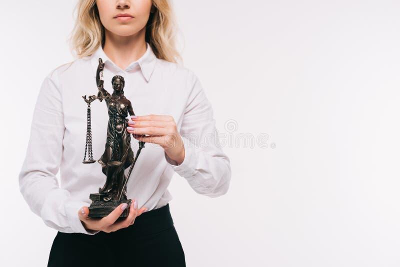 image cultivée d'avocat tenant la statue de themis photographie stock