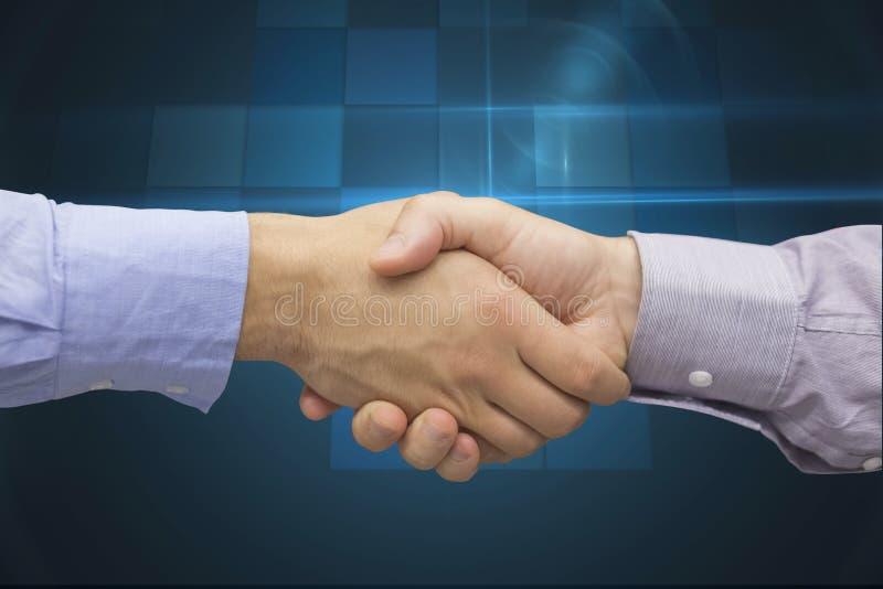 Image cultivée d'homme d'affaires se serrant la main images stock