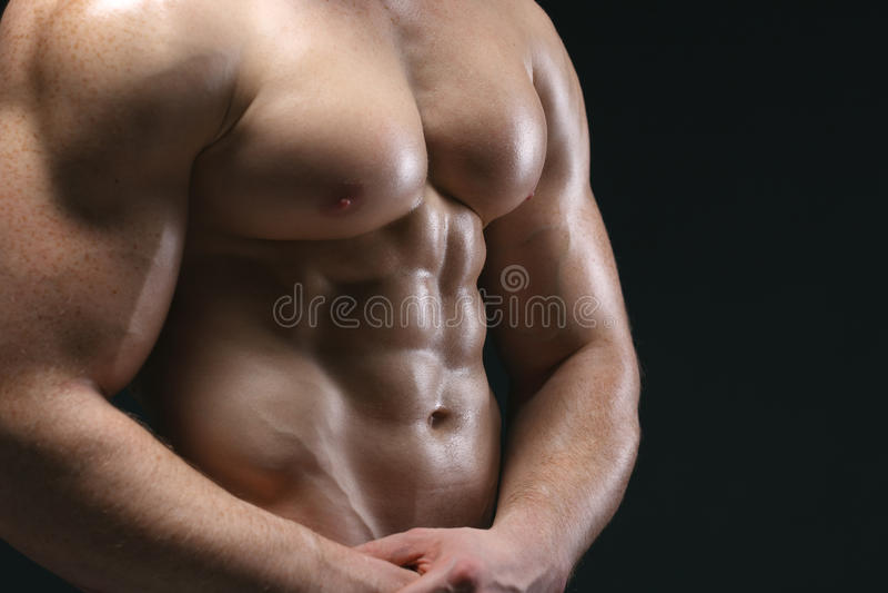 Image cultivée d'homme de muscle