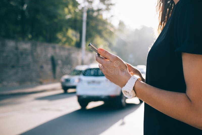 Image cultivée d'un téléphone portable dans des mains femelles images libres de droits