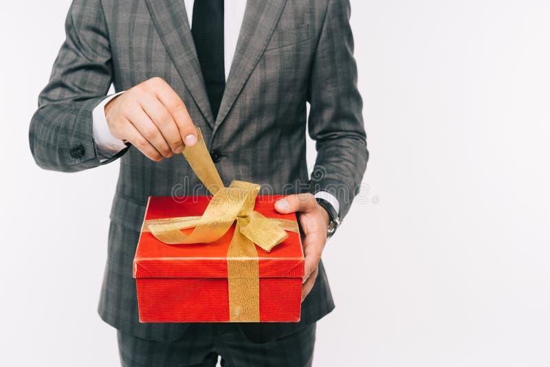 image cultivée de boîte-cadeau d'ouverture d'homme d'affaires photo libre de droits