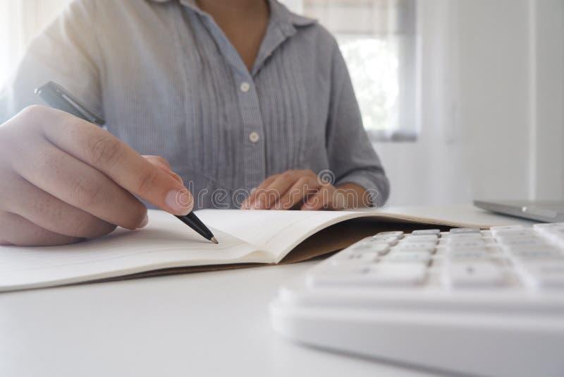 Image cultivée de femme d'affaires professionnelle travaillant à son bureau par l'intermédiaire du jeune directeur féminin d'ordi photos libres de droits