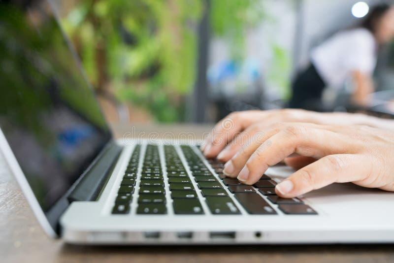 Image cultivée de femme d'affaires professionnelle travaillant à son bureau par l'intermédiaire de l'ordinateur portable, jeune d images libres de droits