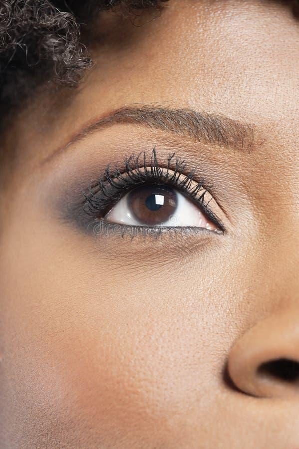 Image cultivée de femme d'Afro-américain avec le maquillage d'oeil photo stock