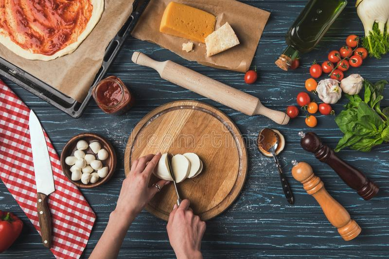 image cultivée de fromage de mozzarella de coupe de femme photographie stock libre de droits