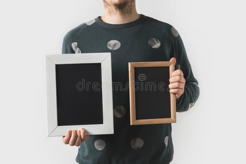 image cultivée de l'homme tenant les conseils noirs vides images stock