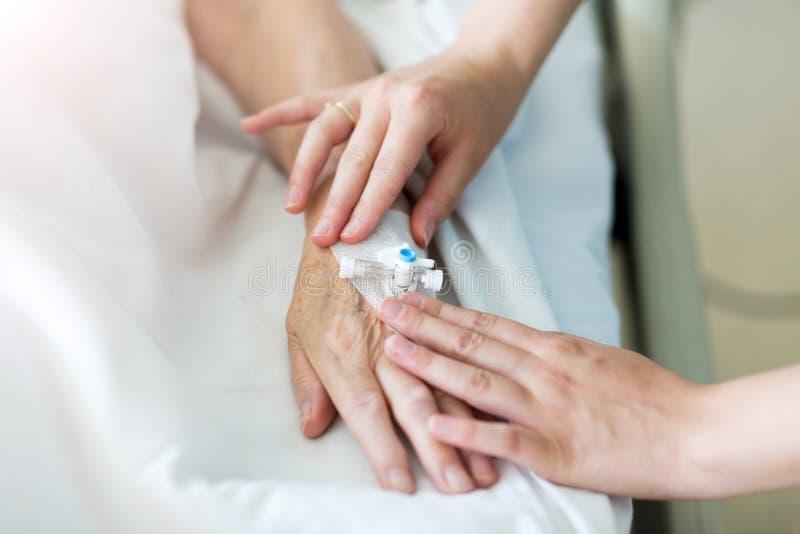 Image cultivée de patient présentant l'égouttement d'Iv à l'hôpital images libres de droits