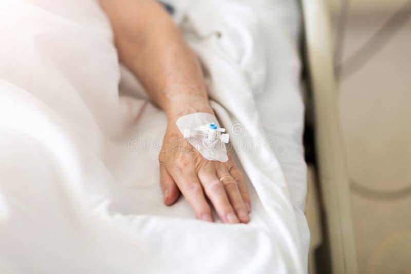 Image cultivée de patient présentant l'égouttement d'Iv à l'hôpital image libre de droits