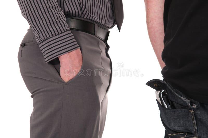 Pickpocket classant vers le haut sa victime images stock