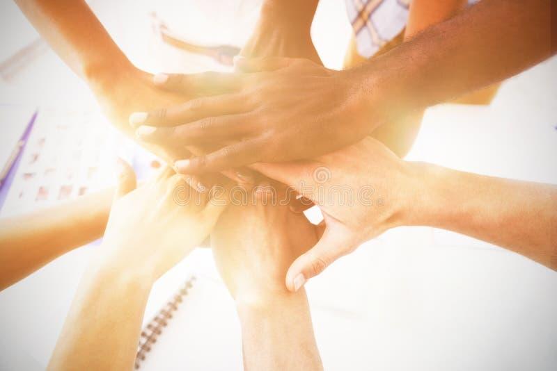 Image cultivée des collègues d'affaires empilant des mains photos libres de droits