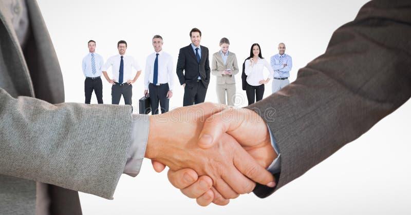Image cultivée des gens d'affaires faisant la poignée de main avec des employés à l'arrière-plan photos libres de droits