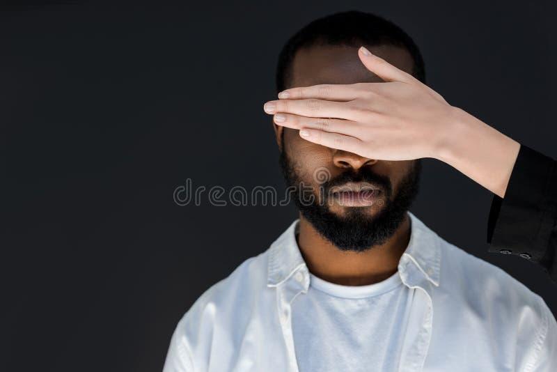 image cultivée des yeux d'ami d'afro-américain de fermeture d'amie photo stock