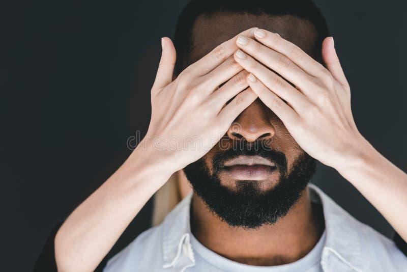 image cultivée des yeux d'ami d'afro-américain de fermeture d'amie photos stock