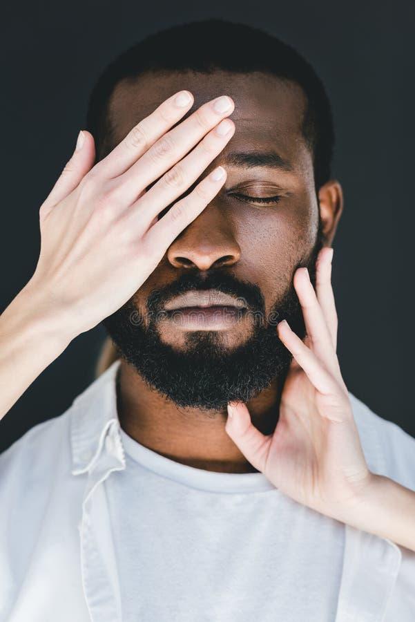 image cultivée des yeux d'ami d'afro-américain de fermeture d'amie photographie stock libre de droits