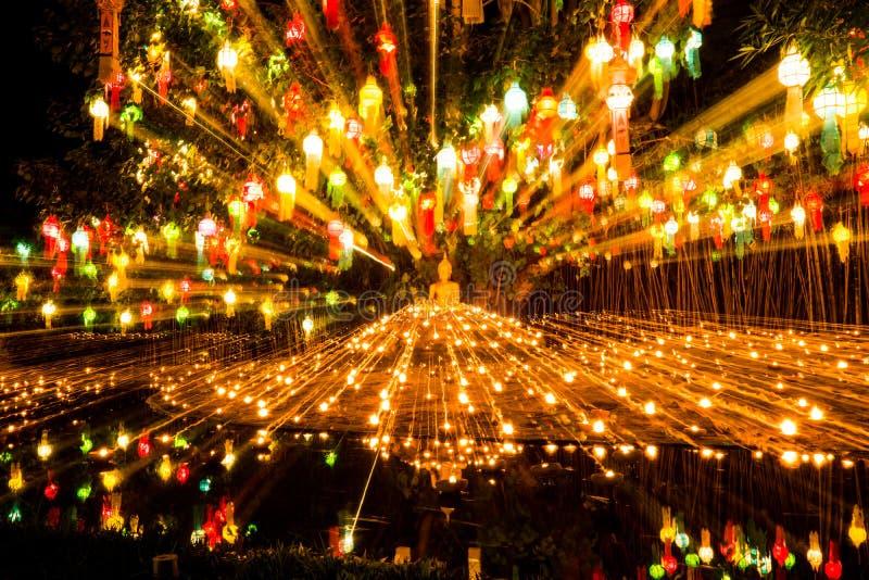 image d'ฺBuddha dans des lanternes légères de bougie images libres de droits