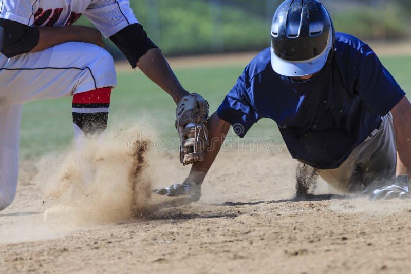 Image d'action de base-ball - dirigez glissent d'abord dans la base image libre de droits