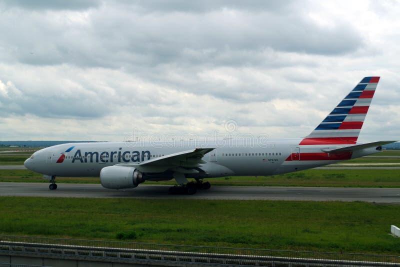 Image d'American Airlines Boeing sur la piste et environ au décollage de Paris CDG pour un long voyage à travers l'Océan atlantiq images stock