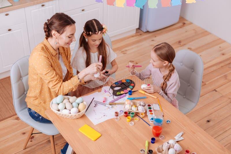 Image d'angle faible de famille heureuse qui oeufs de peinture photo libre de droits