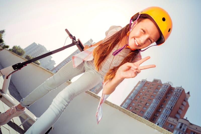 Image d'angle faible de l'adolescent qui posant sur la caméra photographie stock libre de droits