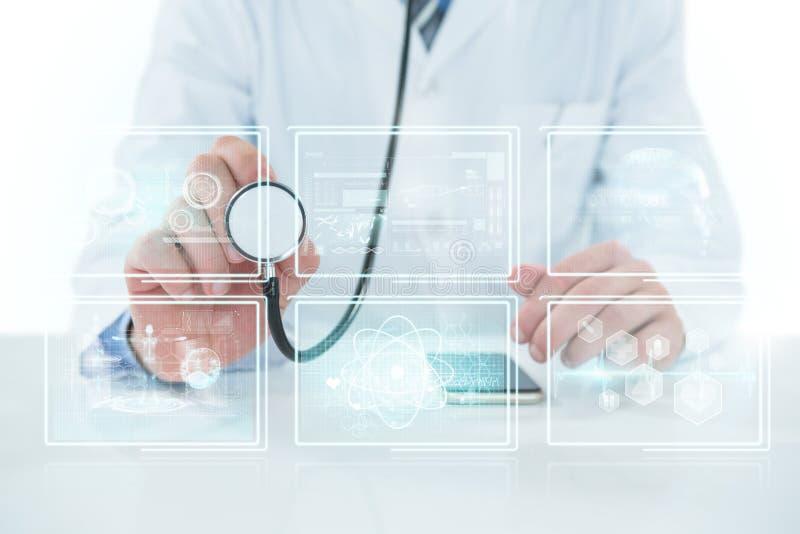 Image 3d composée de la section médiane du docteur tenant le stéthoscope photo libre de droits