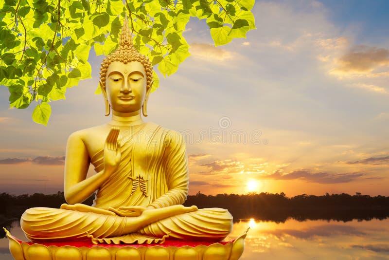 Image d'or de Bouddha sous la feuille de Bodhi, fond naturel image libre de droits