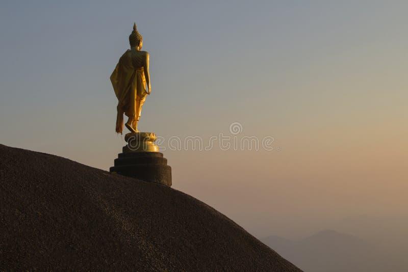 Image d'ensemble de Bouddha sur le fond de pierre et de montagne photographie stock libre de droits