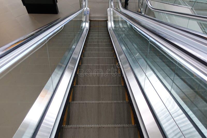 Image d'escalator sans personnes Donner la sensation du mouvement de l'échelle photographie stock