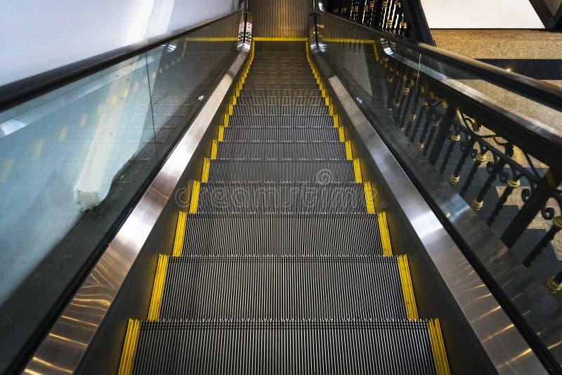 Image d'escalator sans personnes Photographie horizontale de l'échelle Donner la sensation du mouvement de l'échelle photo libre de droits
