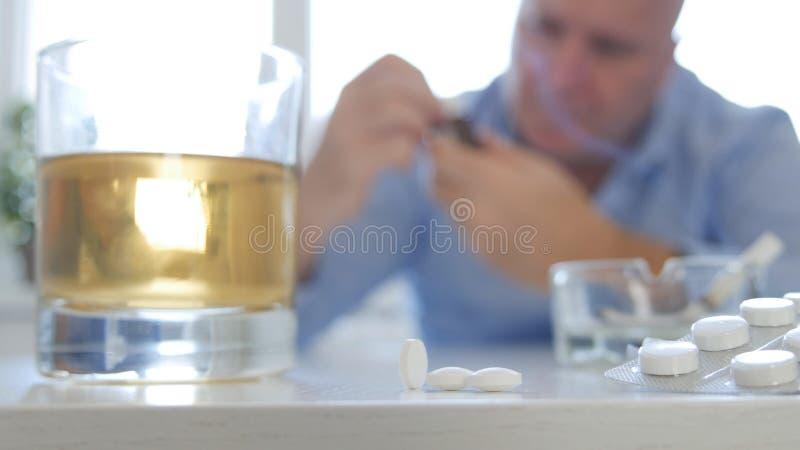 Image d'homme faisant pour maltraiter pour prendre des pilules et pour consommer l'alcool photographie stock